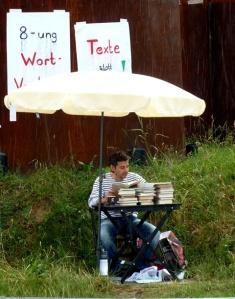 Dorfschreiber_liest im Kreisel