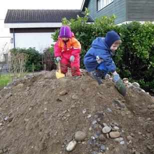 Kinder auf dem Kiesberg